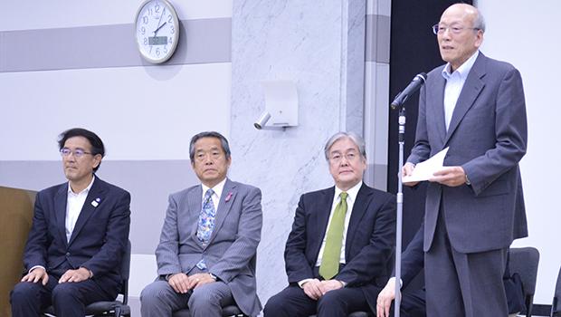 設立総会であいさつする品川会長(右端)