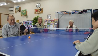 座ったままでも楽しめる卓球バレー(左端が伊藤さん)