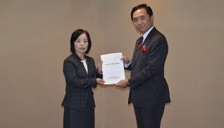 黒岩知事に報告書を手渡す石渡委員長(左)