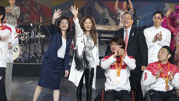 「ら・ら・ら」を会場の皆で歌った大黒さん(左から2人目)