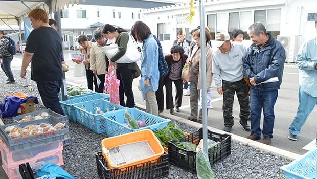 セルプ南風で開かれた展示即売会には多くの人が訪れた