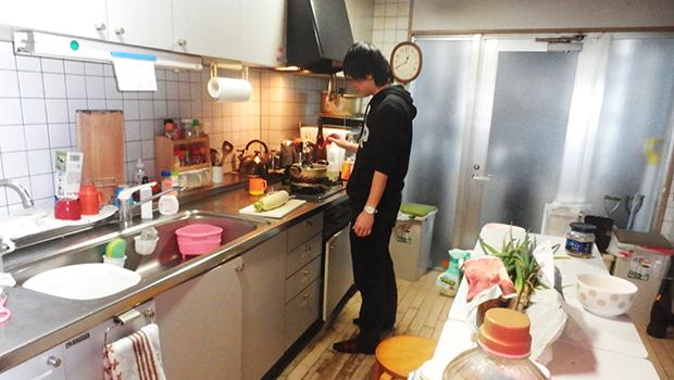 入所1年目の男性保育士も 台所で料理を作る