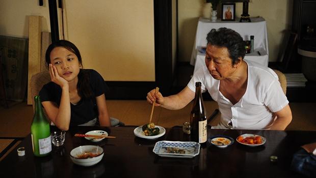 映画の一場面。右が石倉三郎さん