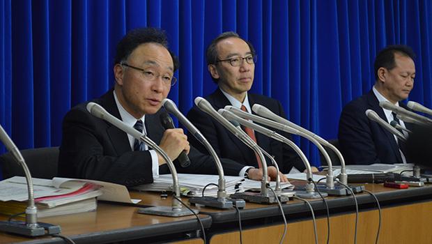 記者会見する山本座長(左)