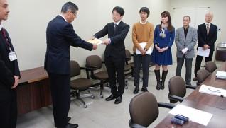 日比谷正人・福祉健康部長(左から2人目)に要望書を手渡す対策全国会議の稲葉幹事
