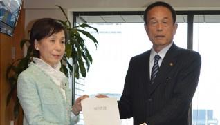 古屋副大臣に要望書を渡す加山市長(右)